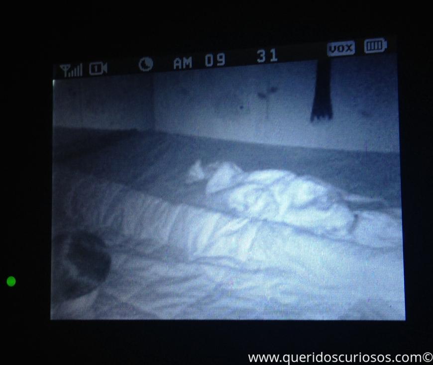 """Ao fundo, a cama com o cobertor revirado, no meio, o edredom pra amortecer a """"queda"""", no canto direito inferior, um cabelo brilhante tentando ficando em pé!"""